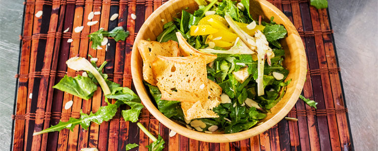 insalatina invernale di verdure spontanee, arance e carciofi crudi